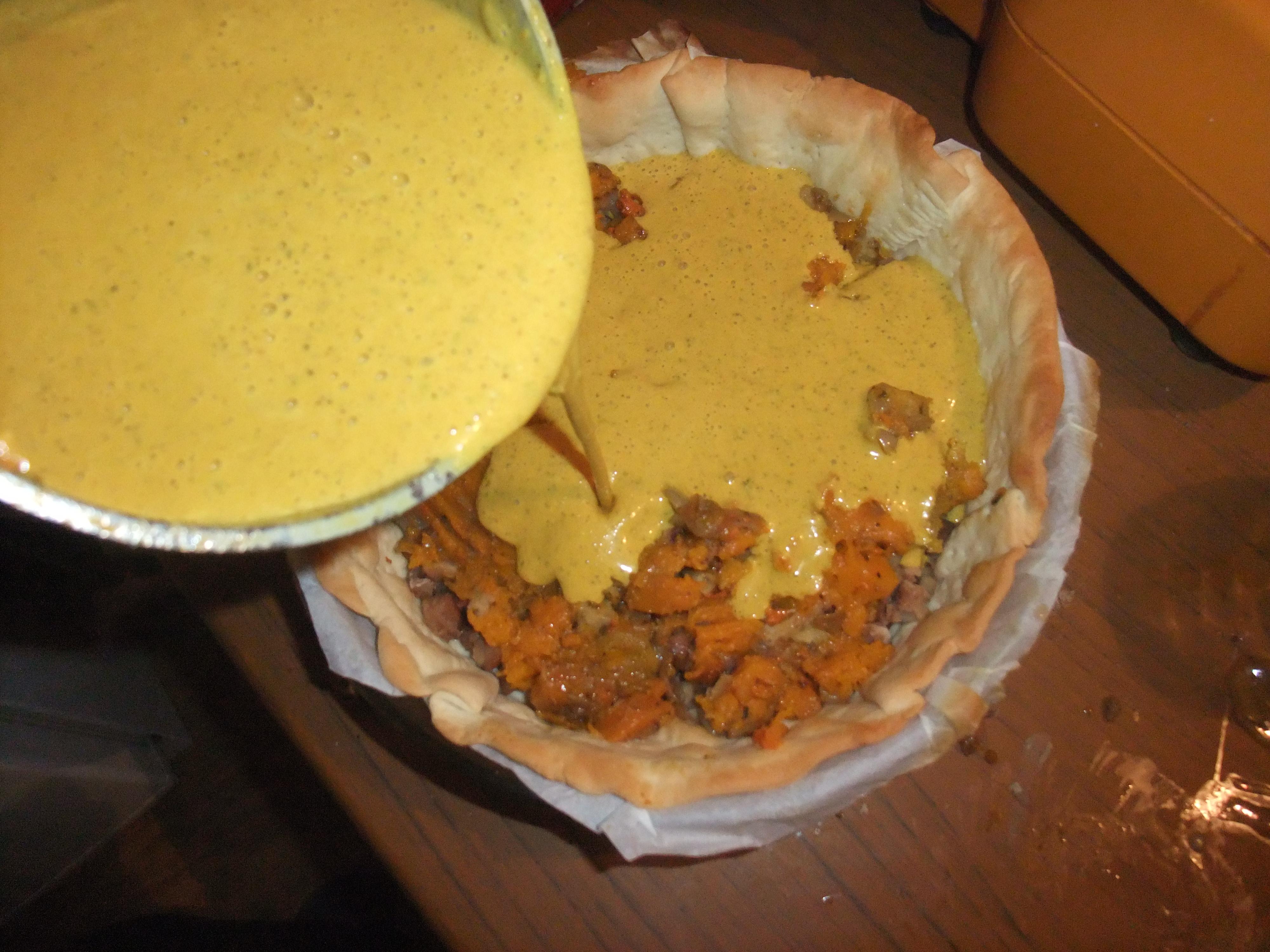 préparation versée dans la tarte au potimarron